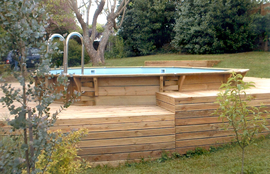 Terrasse bois piscine hexagonale diverses for Budget construction piscine