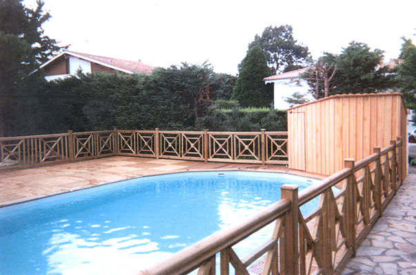 Cloture piscine en bois for Barriere bois exterieur