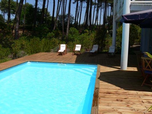 une piscine octogonale et dune terrasse en pin Douglas sur pilotis